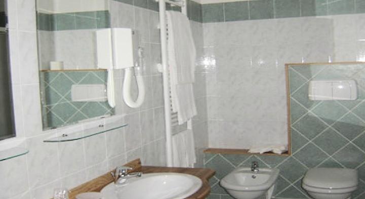 http://www.lemarche.com/wp-content/uploads/2014/02/hotel-charly-lido-di-fermo-mare-italia-marche-hotel-fermo-bagno-720x393.jpg
